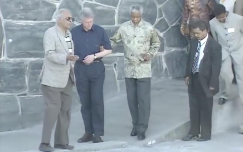 Nelson Mandela zeigt dem damaligen US-Präsidenten Bill Clinton das Gefängnis auf Robben Island. (Quelle: White House Television crew)