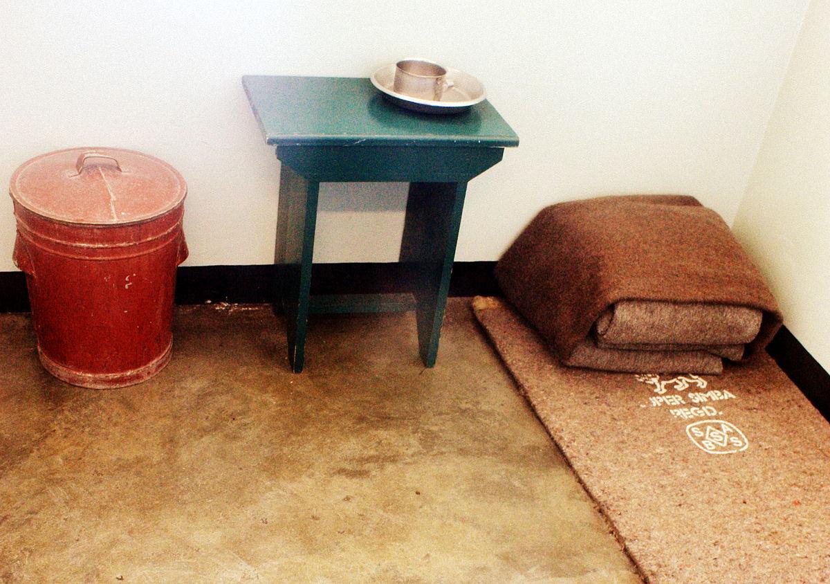 Mehr Einrichtungsgegenstände gab es nicht in einer Gefangenenzelle. (Quelle: By Witstinkhout - Own work, CC BY-SA 3.0, https://commons.wikimedia.org/w/index.php?curid=28085996)