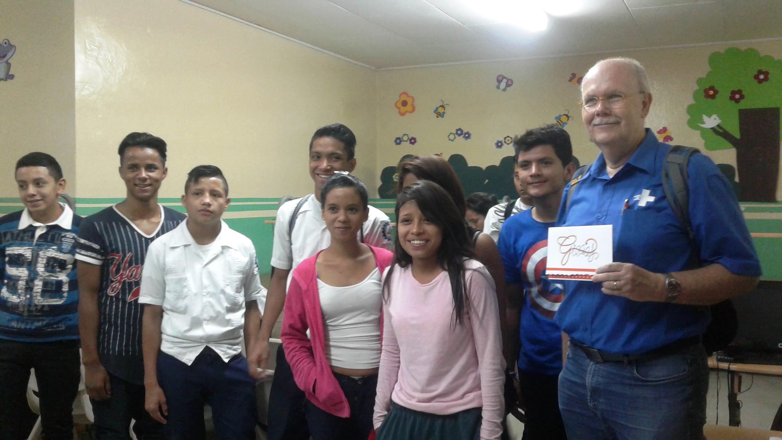 Kindernothilfe-Vorstand Christoph Dehn mit Jugendlichen im Zentrum von Casa Alianza. (Quelle: Kindernothilfe-Partner)