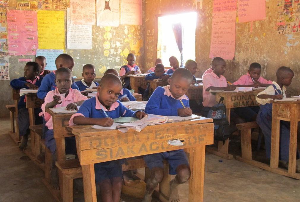 Eine Schulklasse, die Kinder tragen blau-rosa Schuluniformen. (Quelle: Lena Grothe)