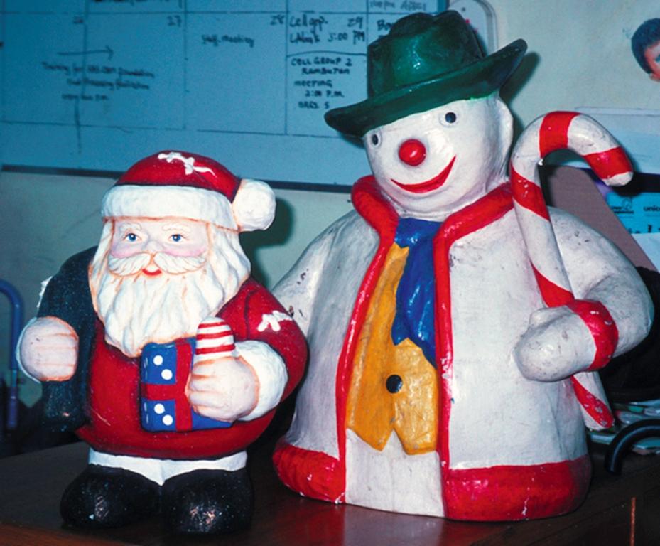 Schneeman und Nikolaus aus Pappmaschee. (Quelle: Kindernothilfe)
