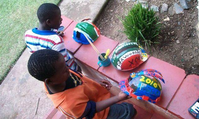 Südafrikanische Kinder haben Helme bemalt. (Quelle: Kindernothilfe-Partner)