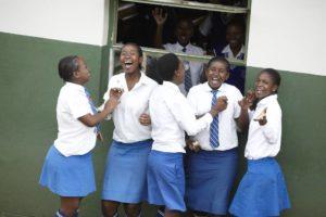 Lachende Schülerinnen in blau-weißen Schuluniformen in Südafrika. (Quelle: Frank Peterschröder)