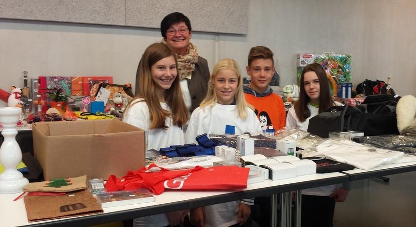Kinder von der Patenschafts-AG des Gymnasiums Marienstatt beim Eine-Welt-Basar. (Quelle: privat)