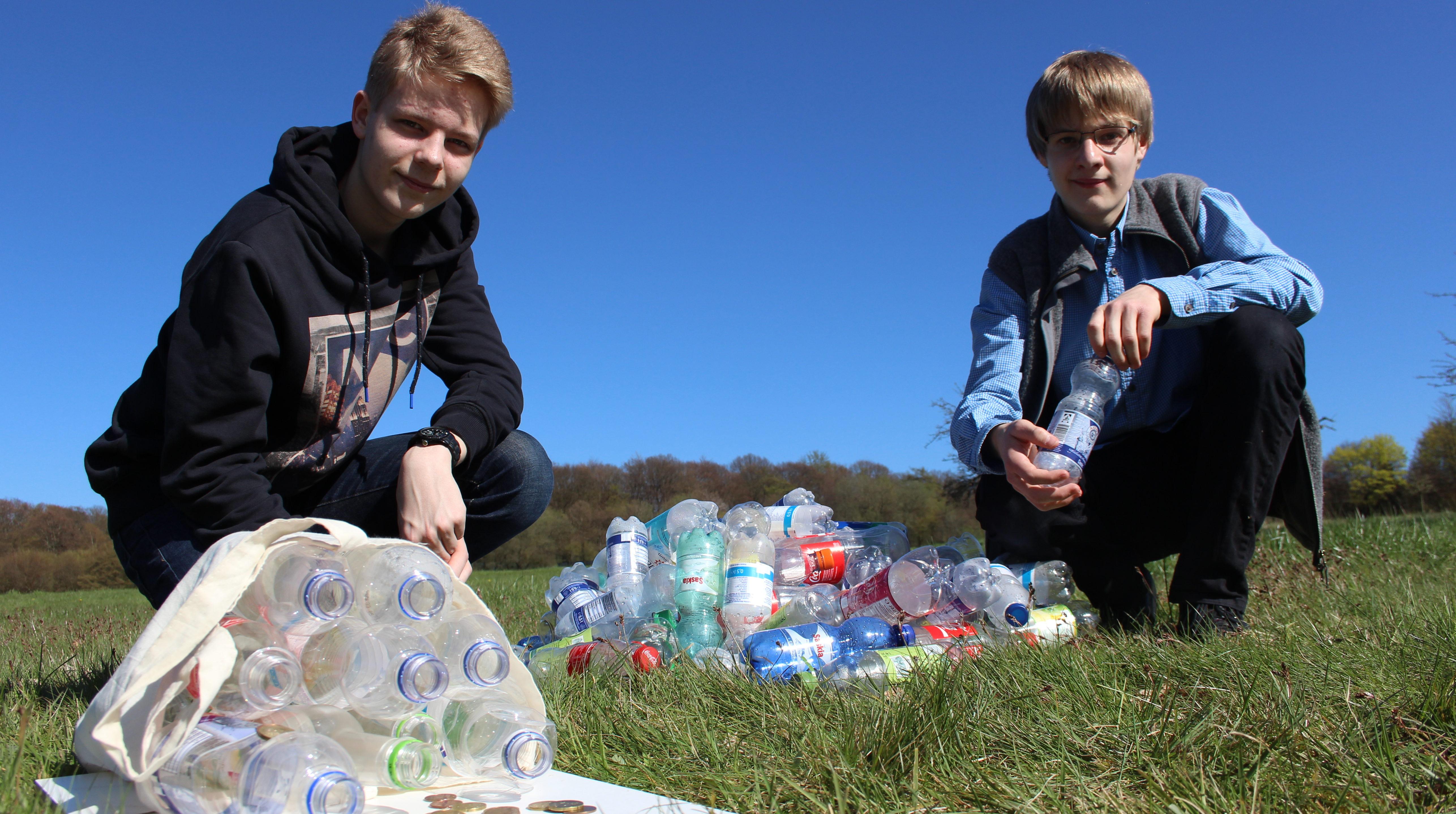 Aaron (rechts) und Lennard mit Pfandflaschen. (Quelle: privat)