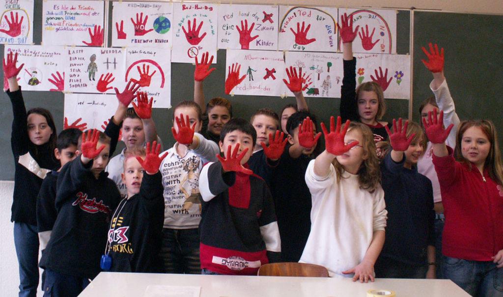 Kinder einer Kölner Schule haben rote Handabdrücke gesammelt. (Quelle: privat)