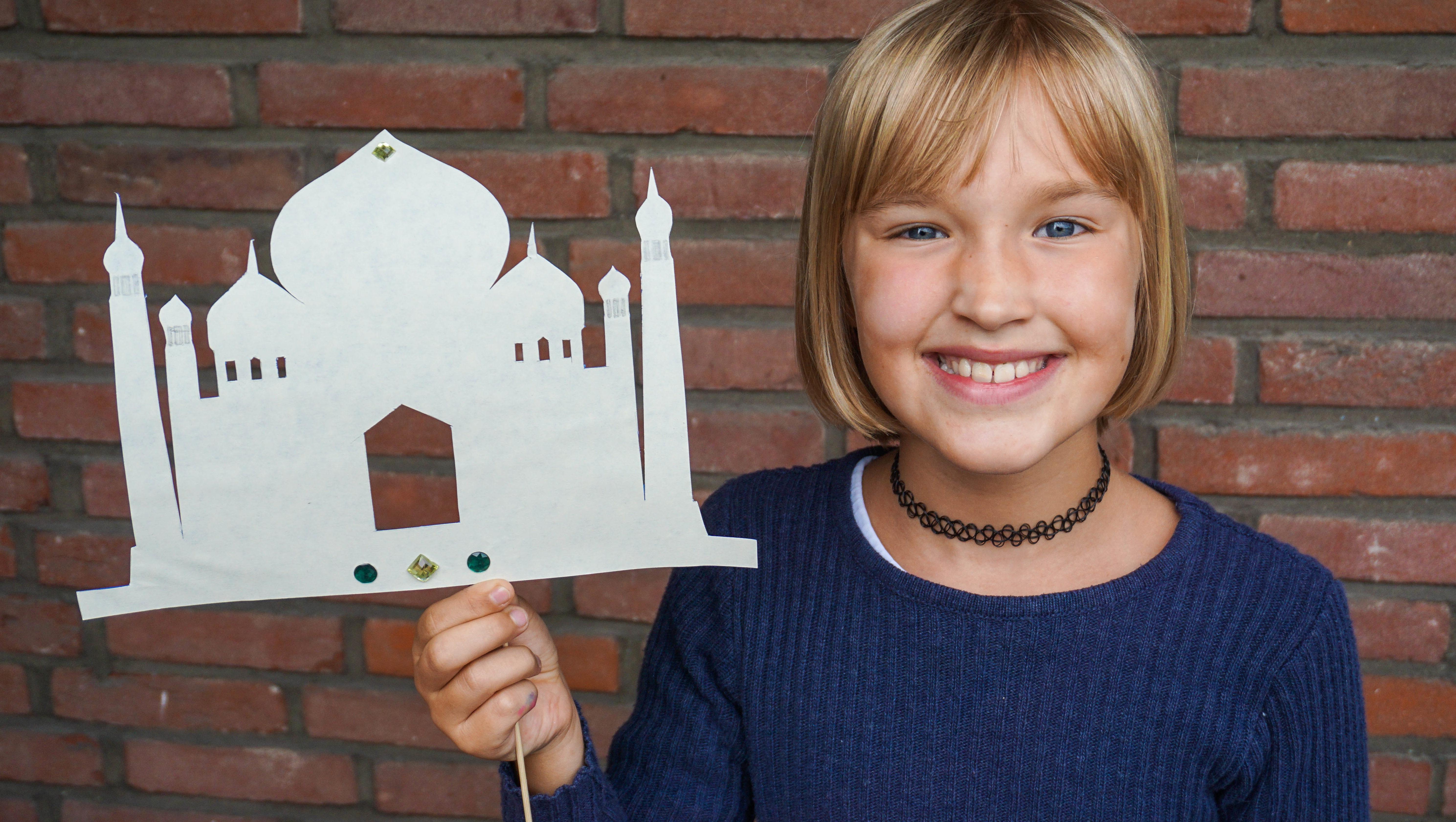 Marlene hat das Taj Mahal ausgeschnitten und auf ein Schaschlikstäbchen geklebt. (Quelle: Ralf Krämer)