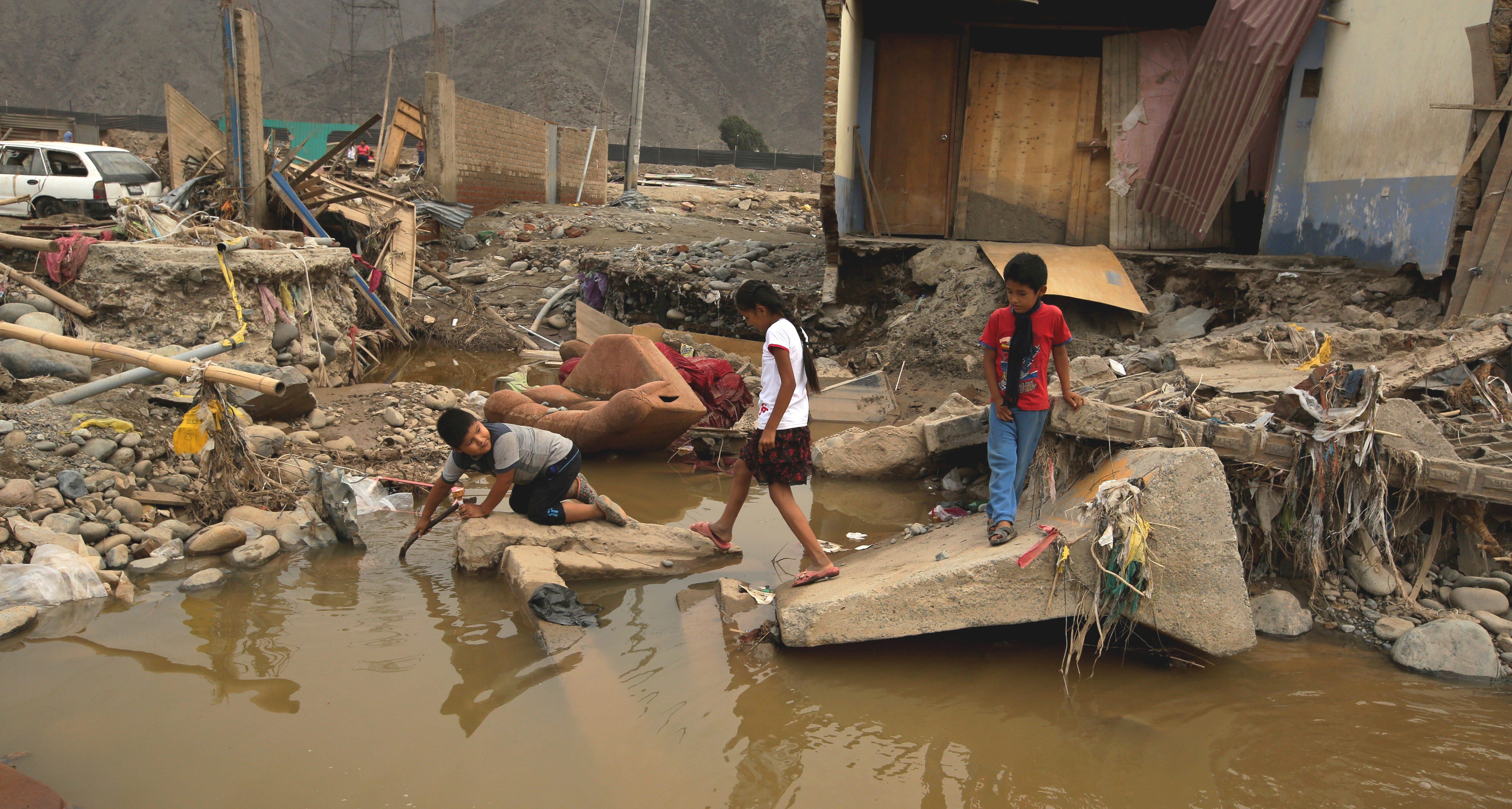 Kinder im Überschwemmungsgebiet. (Quelle: REUTERS/Mariana Bazo)