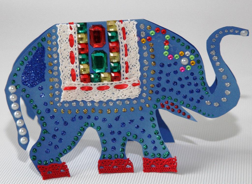 Elefant aus Tonpapier, beklebt mit Schmucksteinen und Bordüre und bemalt mit Glitterpen. (Quelle: Petra Liedtke)