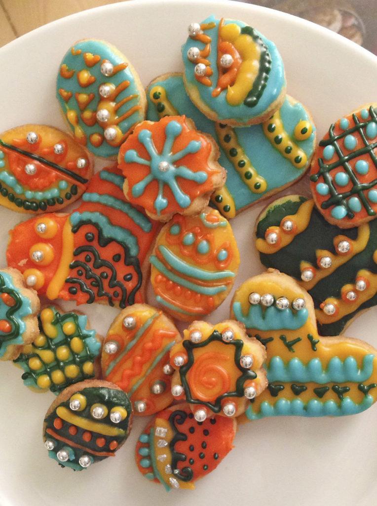 Mit lebensmittelfarbe werden die Kekse knallbunt! (Quelle: Josephine Vossen)