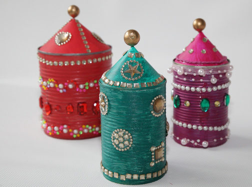Bemalte und dekorierte Büchsen. (Quelle: Petra Liedtke)