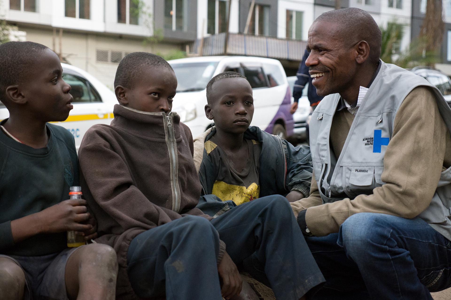 Sozialarbeiter eines Kindernothilfe-Partners im Gespräch mit Straßenkindern. (Quelle: Roland Brockmann)