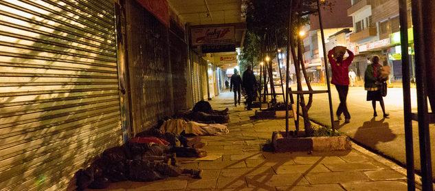 Schlafende Straßenkinder in der Stadt. (Quelle: Roland Brockmann)