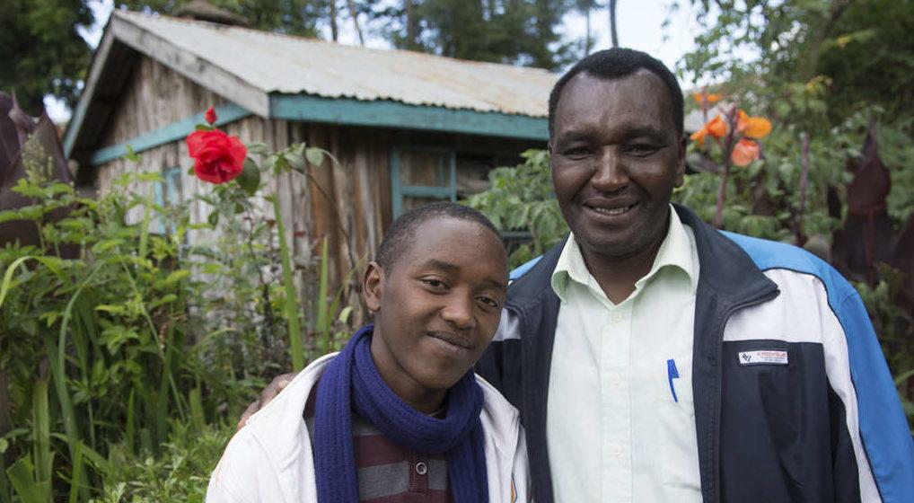 Bahati mit seinem Pflegevater. (Quelle: Christian Nusch)