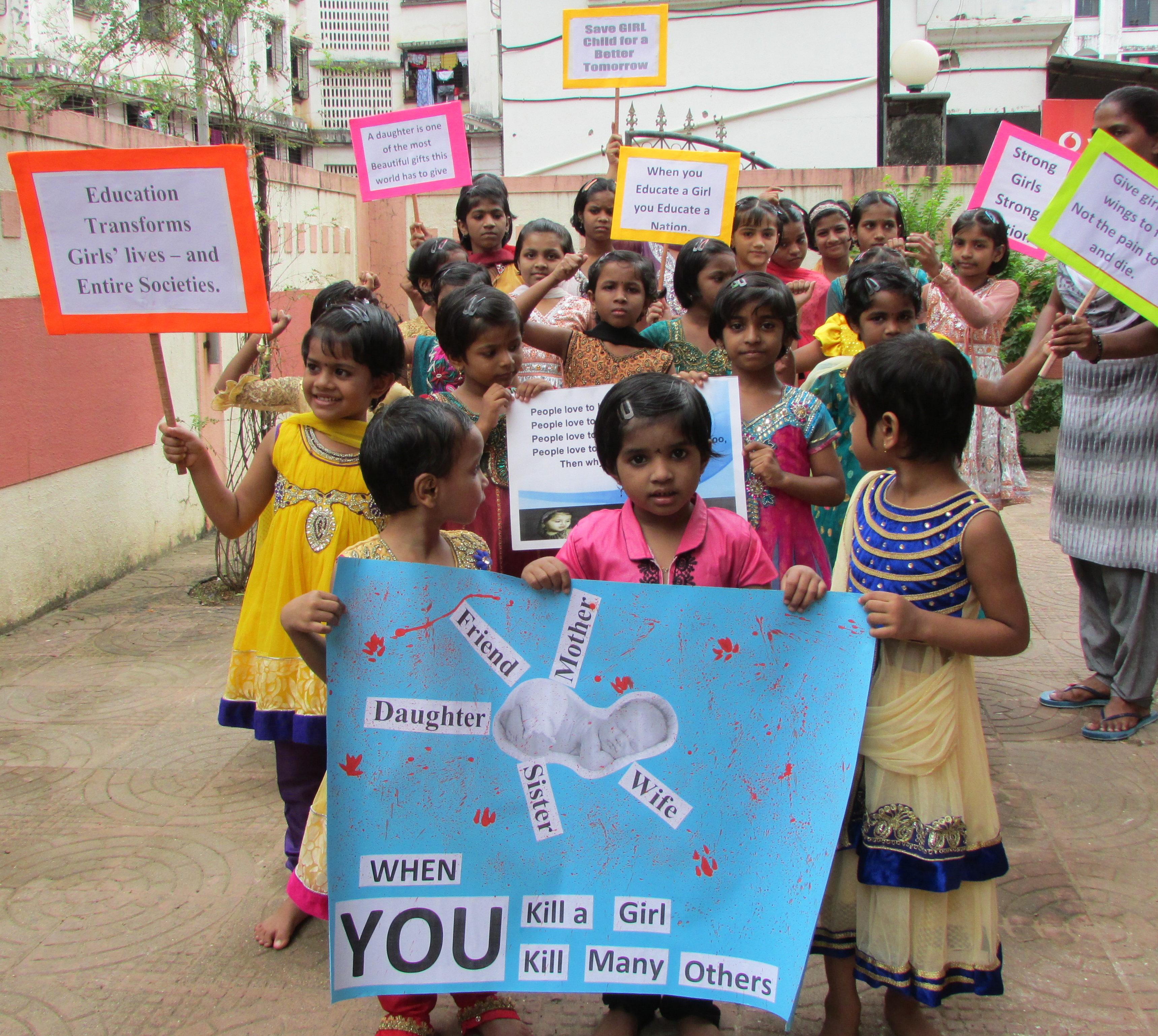 Eine Mädchengruppe demonstriert gegen die Tötung von Mädchen in Indien. (Quelle: Kindernothilfe-Partner)
