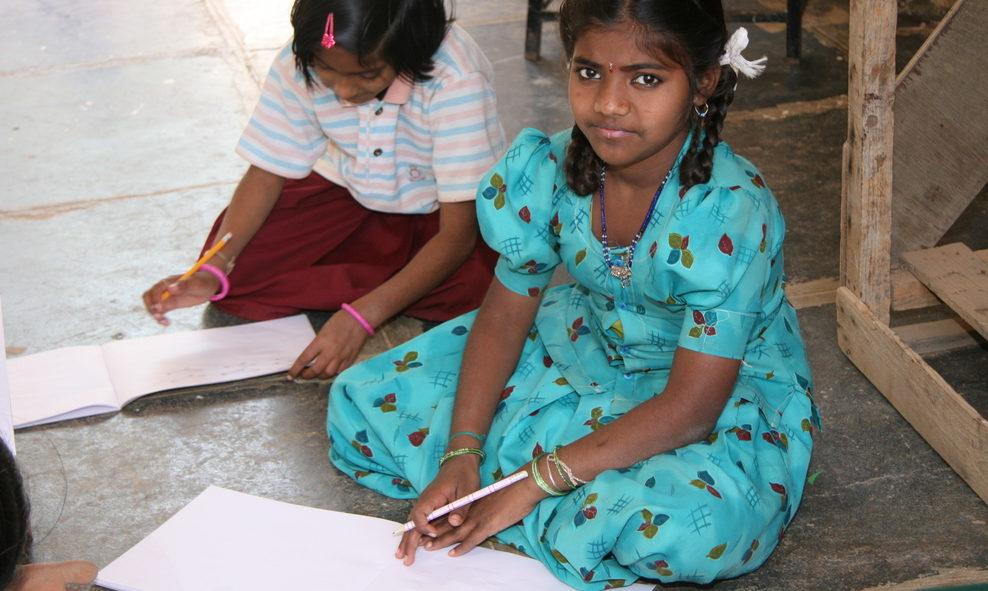 Zwei indische Schülerinnen machen Hausaufgaben. (Quelle: Ralf Krämer)