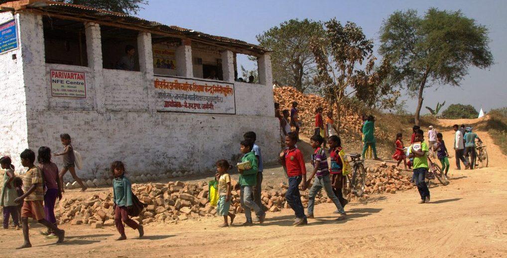 Der Unterricht ist zu Ende: Kinder laufen aus dem Förderzentrum zurück an ihre Arbeitsstelle. (Quelle: Malte Pfau)