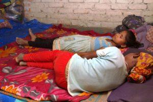 Todmüde legen sich die Mädchen auf den Boden zum Schlafen. (Quelle: Malte Pfau)