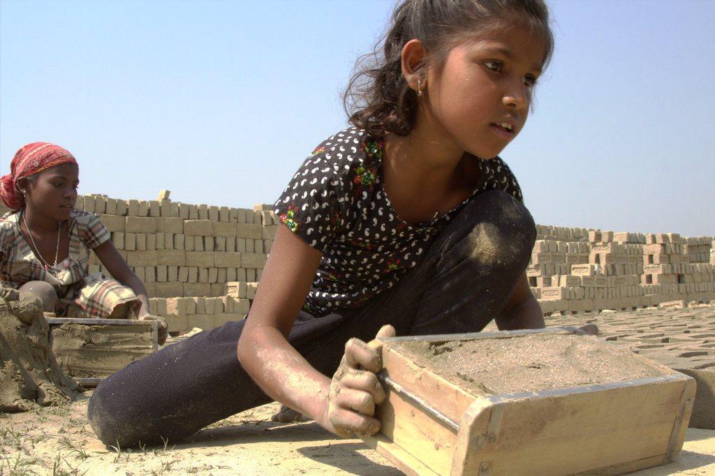 Die Ziegelformen mit dem nassen Lehm sind schwer, und die Mädchen schuften bei großer Hitze. (Quelle: Malte Pfau)