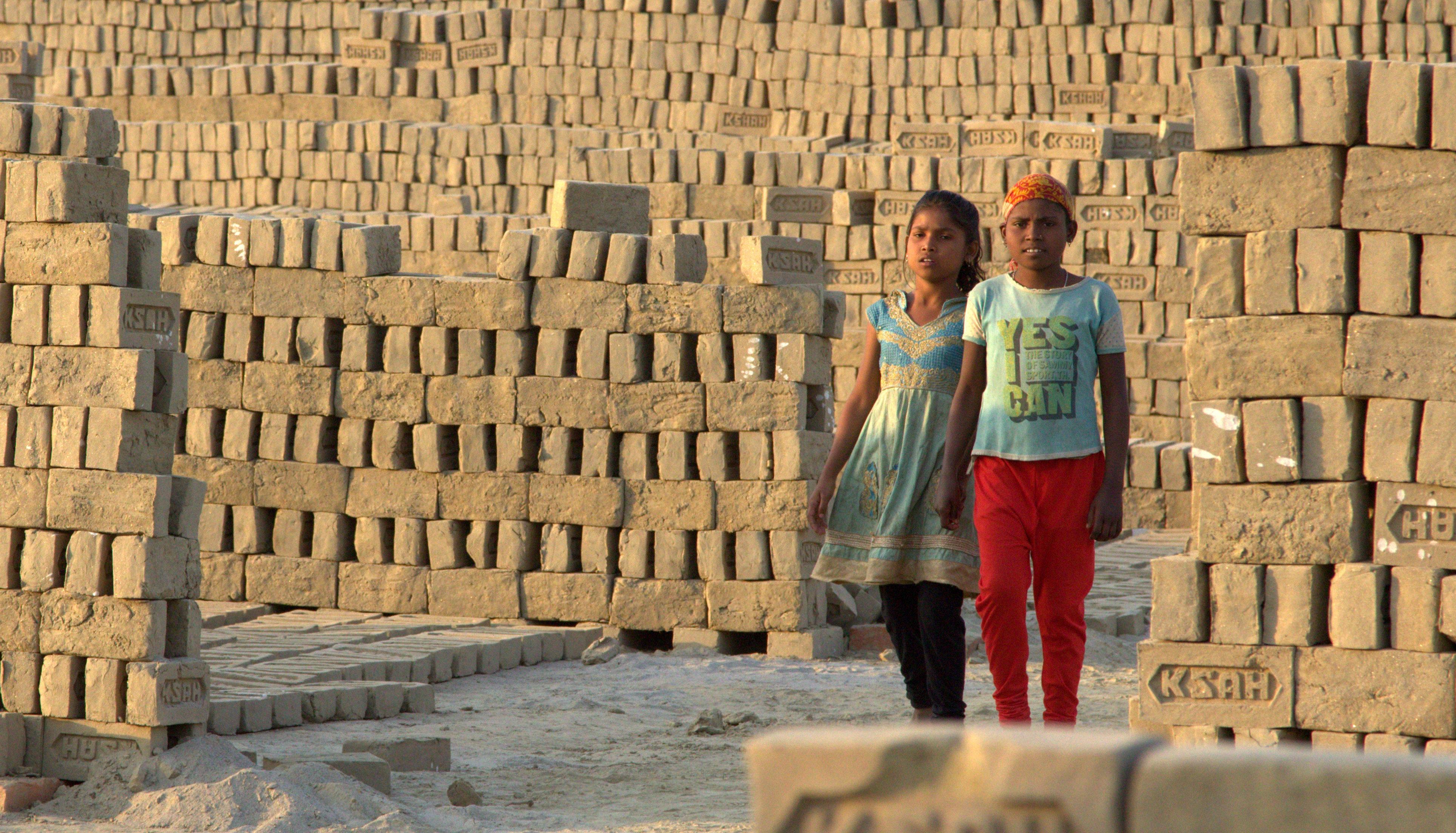 Koyel (rechts) und ihre Schwester Payal auf dem Weg zur Arbeit. (Quelle: Malte Pfau)