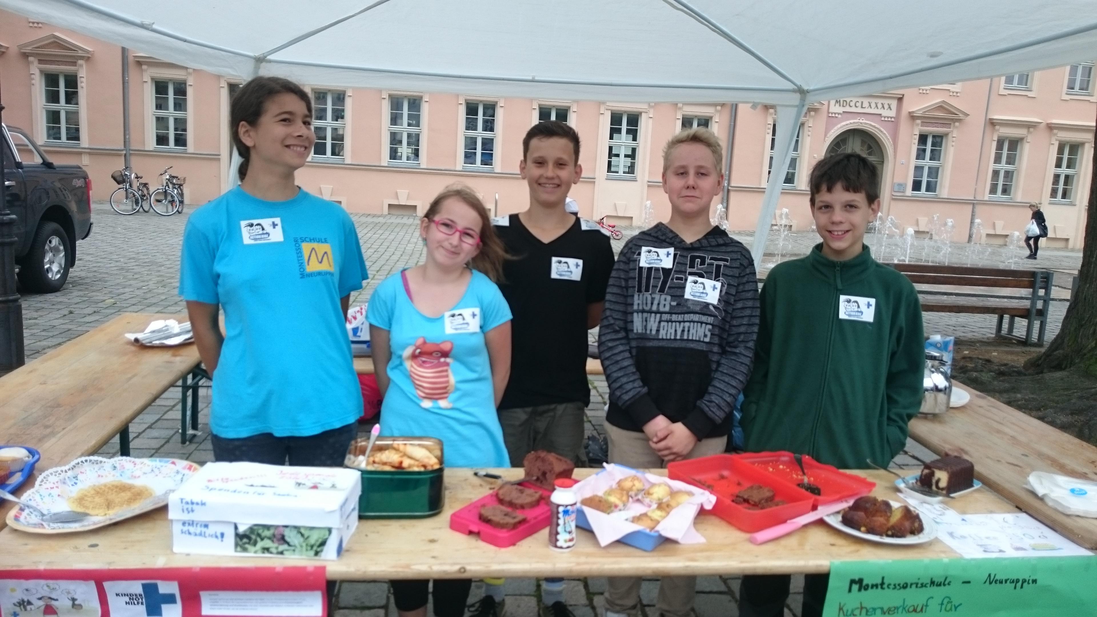 Action!Kidz der Montessori-Grundschule in Neuruppin mit ihrem Kuchenbüffet! (Quelle: privat)