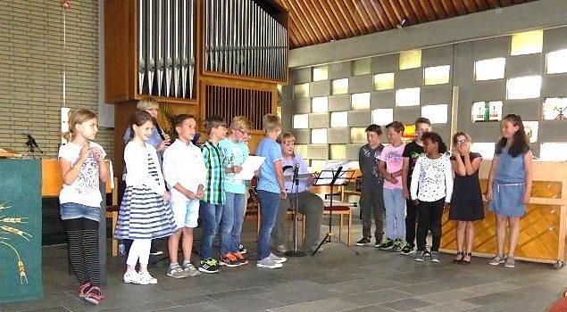 Benefizkonzert der Klasse 3b der Duisburger Donkschule in der Kirche am Bremweg. (Quelle: privat)