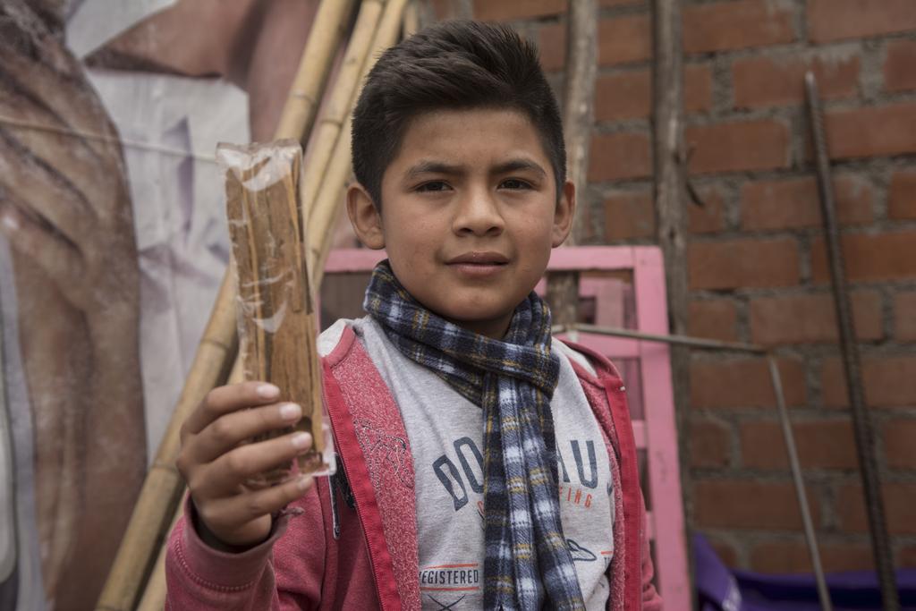 Nacho mit einer Tüte mit Zimtstangen. (Quelle: Christian Nusch)