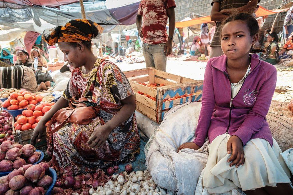 Kaido sitzt mit ihrer Mutter auf dem Markt. (Quelle: Jako Studnar)