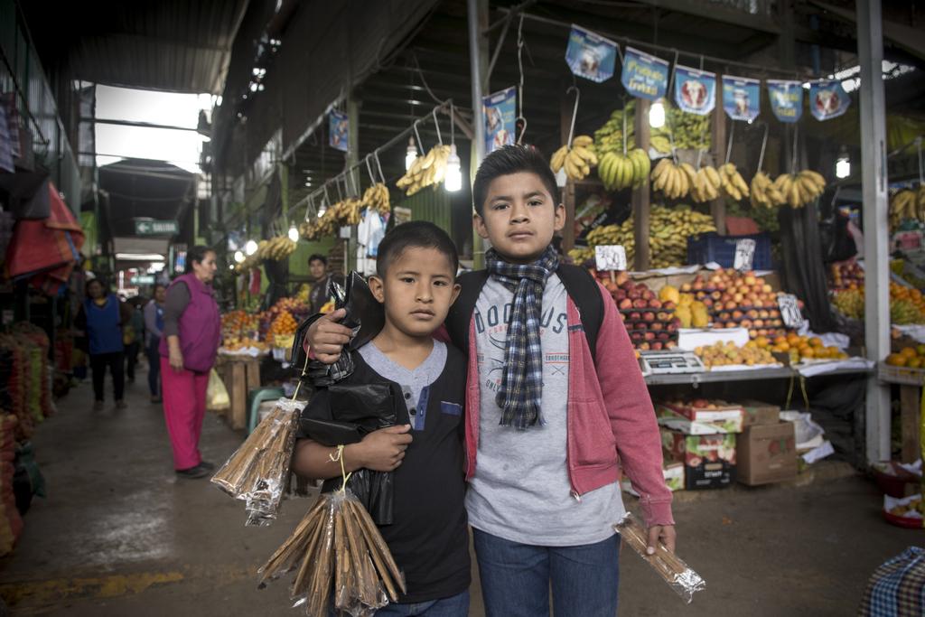 Nacho (rechts) und Ronaldo in der Markthalle, in der sie Zimt und Plastiktüten verkaufen. (Quelle: Christian Nusch)