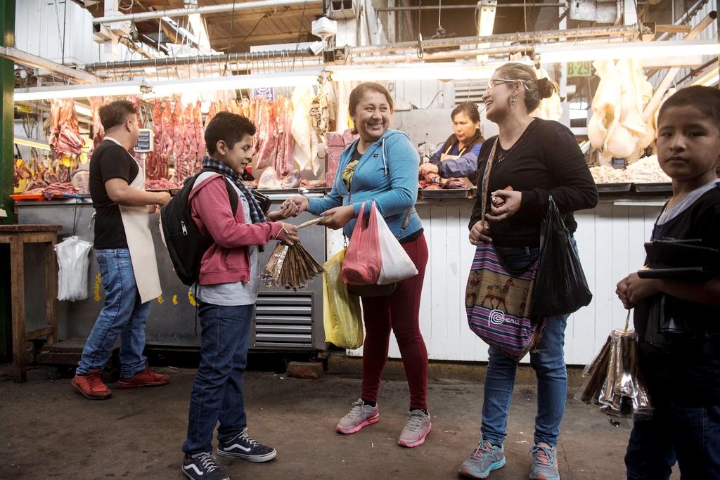 Eine Kundin kauft Nacho eine Zimttüte ab. (Quelle: Christian Nusch)