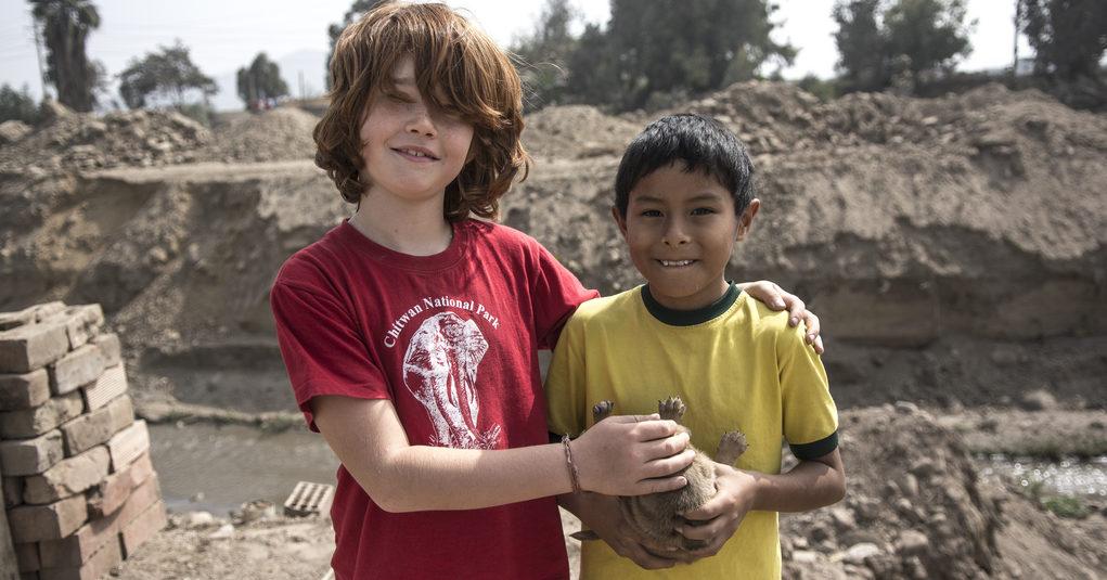 Tim mit einem peruanischen Jungen. (Quelle: Christian Nusch)