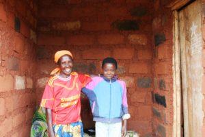 Eine Mutter mit ihrem Sohn in Burundi. (Quelle: Kindernothilfe-Partner)