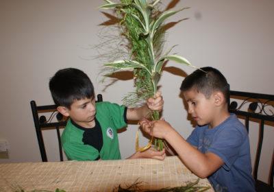 Jungen binden Sträuße für Ostern. (Quelle: Kindernothilfe-Partner)