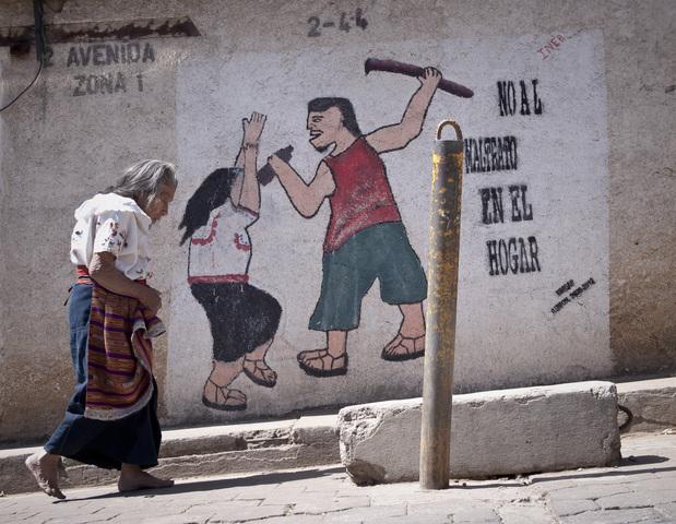 Die Malerei an der Hauswand zeigt, wie ein Alkohol trinkender Mann seine Frau schlagen will. (Quelle: Jakob Studnar)