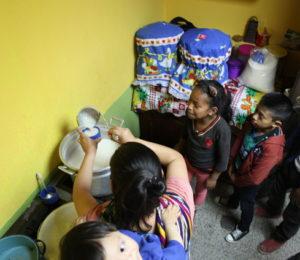 Die Kinder bekommen in der Schule des Kindernothilfe-Partners CEIPA vor dem Unterricht eine Art Milchsuppe. (Quelle: Malte Pfau)