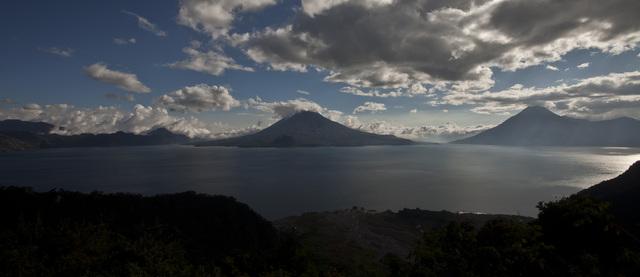 Vulkane am Atitlán-See. (Quelle: Jakob Studnar)