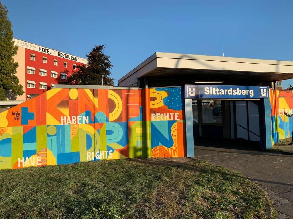 """Das fertige Bild an der Duisburger Straßenbahn-Haltestelle """"Sittardsberg"""". (Foto: Martin Bondzio)"""