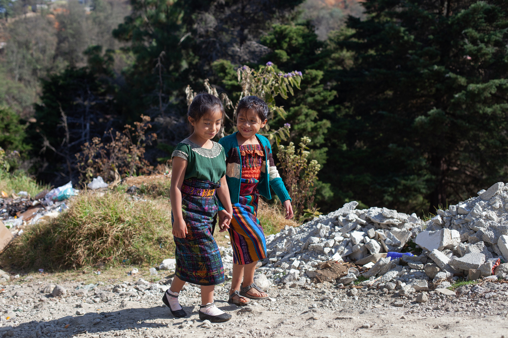 Merima und ihre Freundin gehen zur Schule. (Quelle: James Rodriguez)