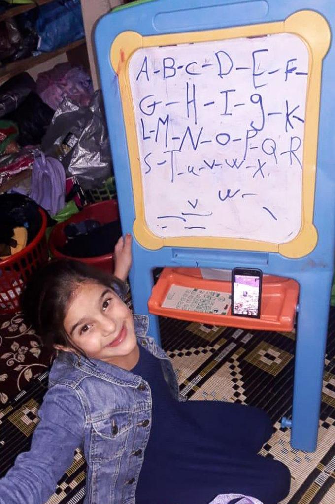 Samira bekommt ihre Hausaufgaben per Handy. (Quelle: Alpha Association)