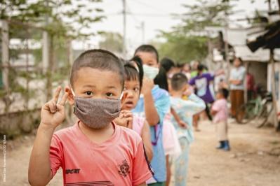 Kinder mit Masken stehen hintereinander in einer Reihe (Quelle: Kindernothilfe-Partner)