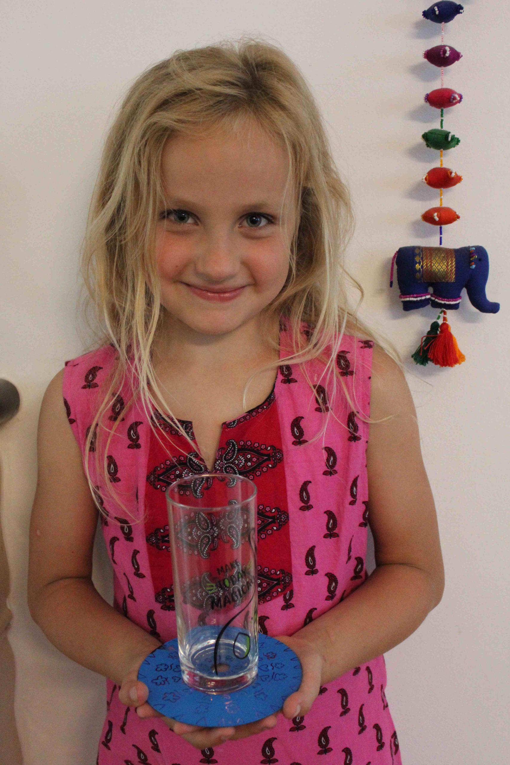 Sarah hält ein Glas auf dem CD-Untersetzer in den Händen (Quelle: Katharina Huber)