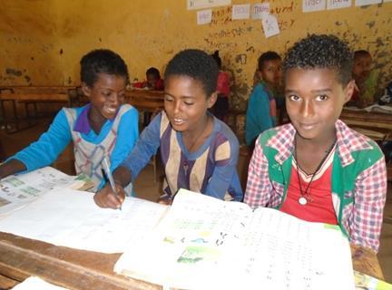 Drei Jungen sitzen im Klassenzimmer an einem Tisch (Quelle: Kindernothilfe-Partner)