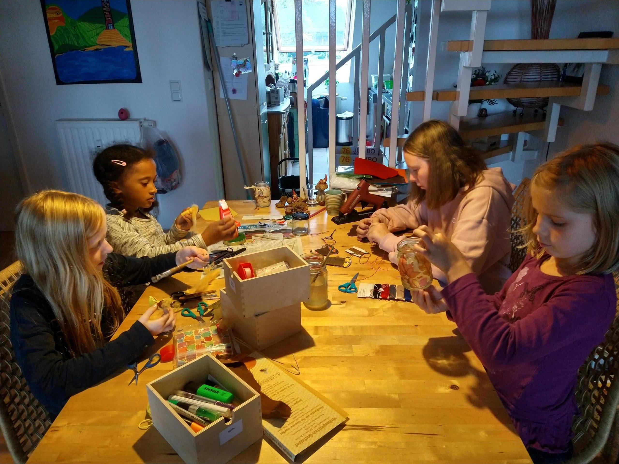 4 Mädchen sitzen an einem Tisch und basteln (Quelle: privat)