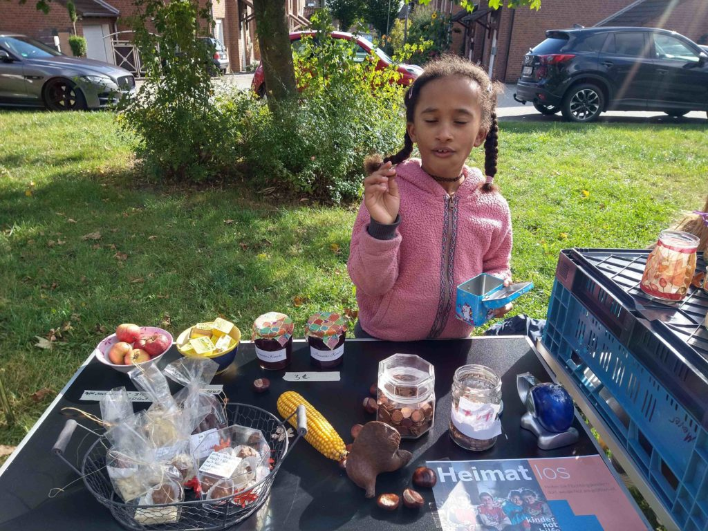 Ein Mädchen steht an einem der Tische des Herbstmarktes (Quelle: privat)