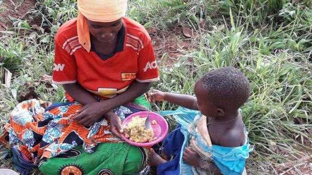 Burundi: Eine Mutter gibt ihrem Kind etwas zu essen (Foto: Kindernothilfe-Partner)