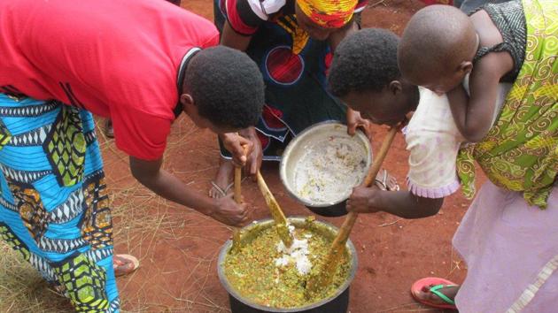 Existenz- und Ernährungssicherung in Burundi: Frauen bei der Nahrungszubereitung (Foto: Kindernothilfe)